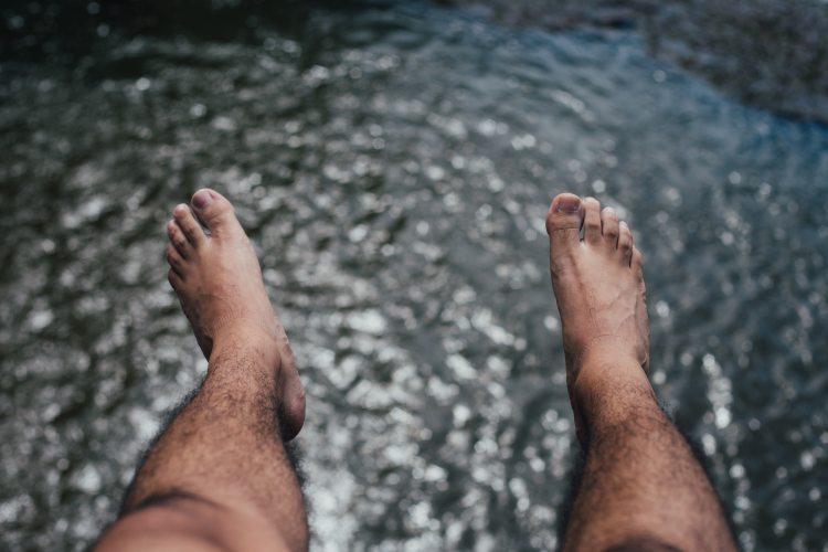 feet-hairy-hanging-57646